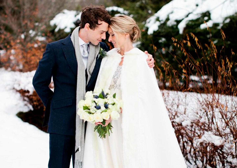 Kış Düğünü için alternatif poz veren çift