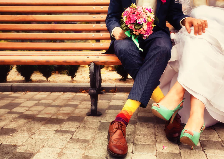 Akrep Burcu Düğün Konsepti, Renkli çoraplar ve farklı gelinliğe sahip evli çift, gelin çiçeği