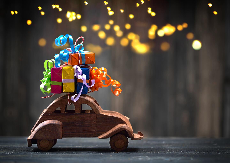 üzerinde hediye paketleri olan ahşap araba