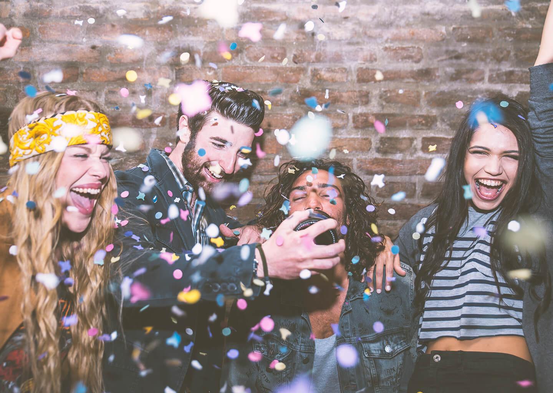 konfetiler eşliğinde gençler barda eğleniyorlar
