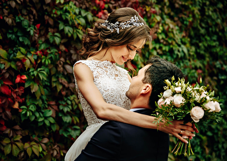 Balık burcu düğün konsepti, gelinlik giymiş kadın, gelin çiçeği ve gelinlik