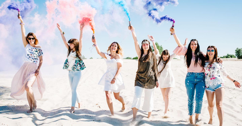 Bekarlığa veda partisini plajda meşale ile kutlayan kız grubu