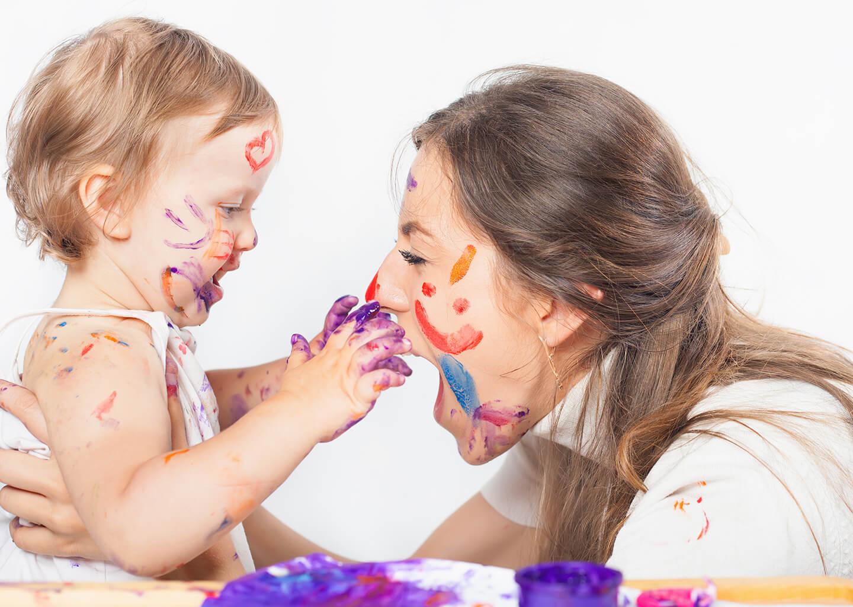anne ve bebek yüz boyama etkinliği yapıyor eğleniyorlar
