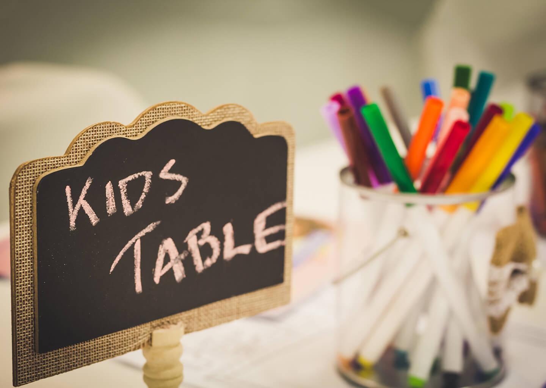 renkli boya kalemlerinin olduğu çocuk masası