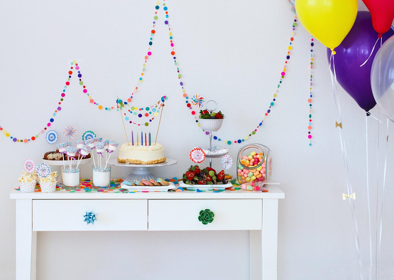 doğum günü pastası yiyecekler ve süslerle evin bir köşesi düzenlenmiş