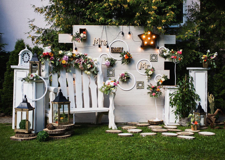 kır düğününde dekoratif beyaz bir köşe
