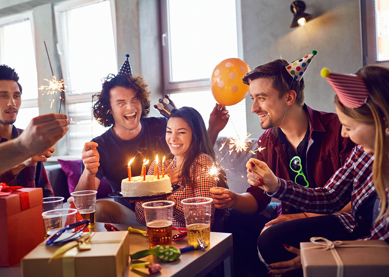 gençler evde doğum günü partisi yapıyor