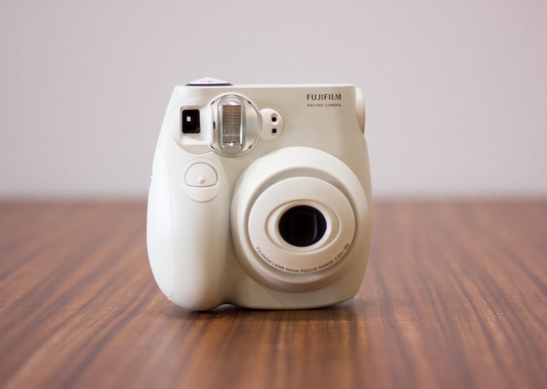 beyaz Fuji film instax makine