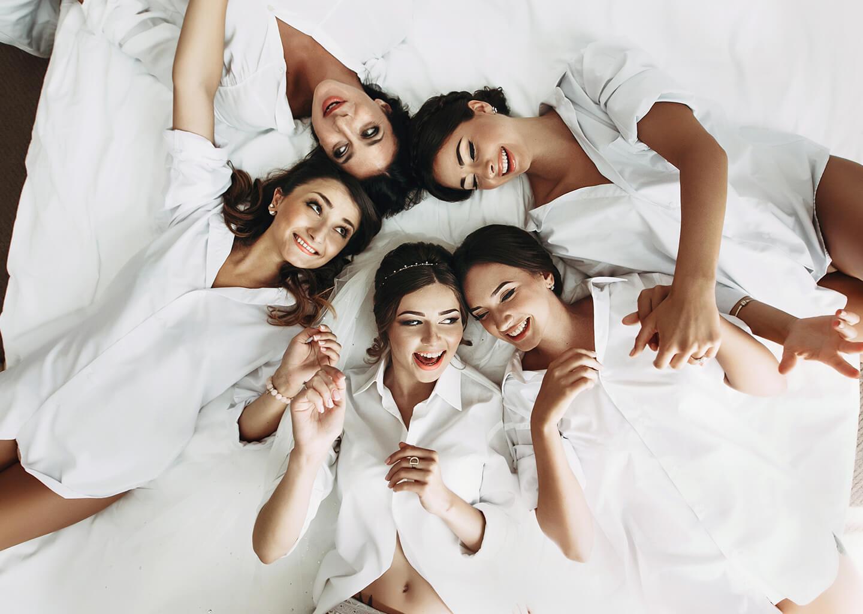 eğlenen beyaz gömlekler giymiş gelin ve nedimeleri