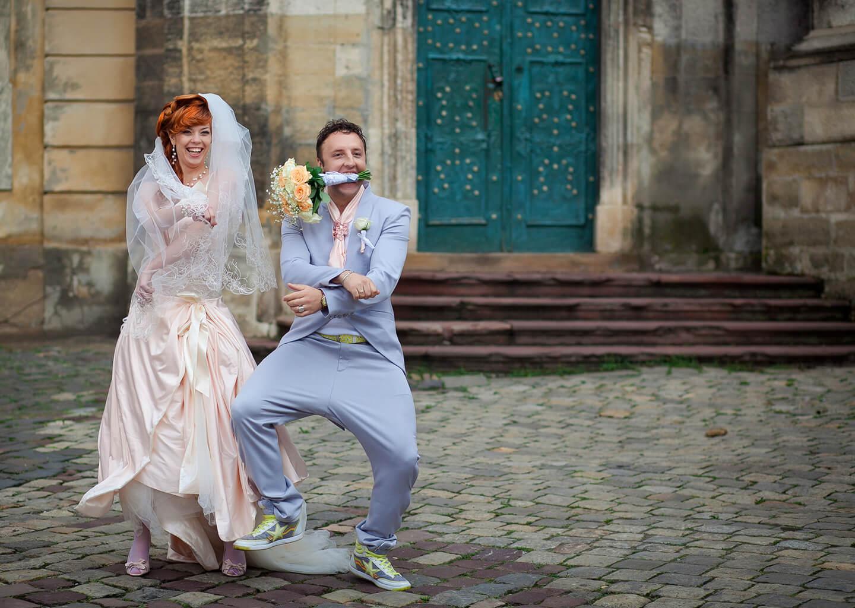 gelin ve damat sokakta eğlenip dans ediyor