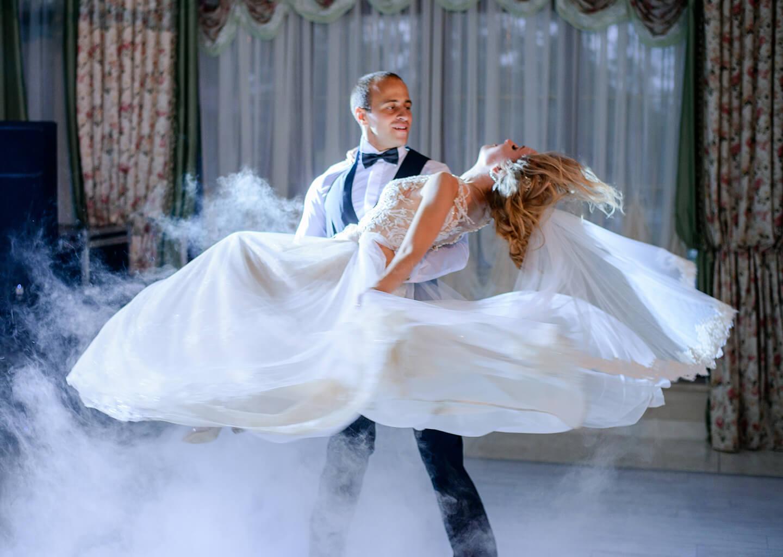 damat düğün ilk dans şarkısında gelini döndürüyor