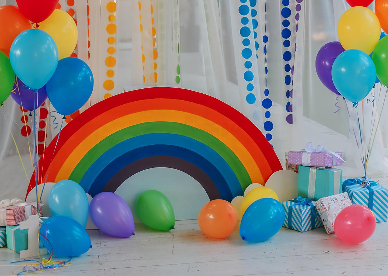gökkuşağı temalı parti malzemeleri, renkli balonlar ve hediyeler