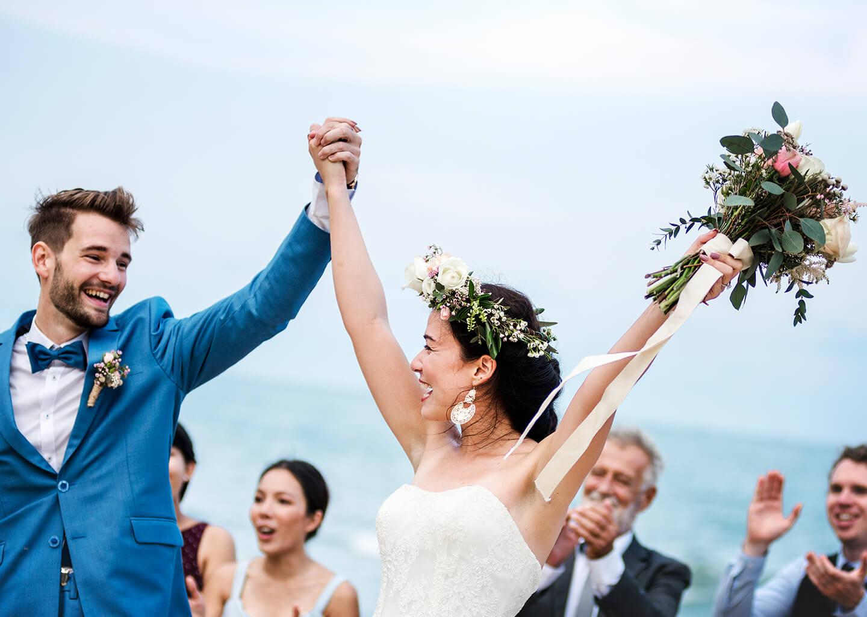 İkizler burcuna göre düğün konsepti, mutlu ve yeni evlenmiş bir çift invidza