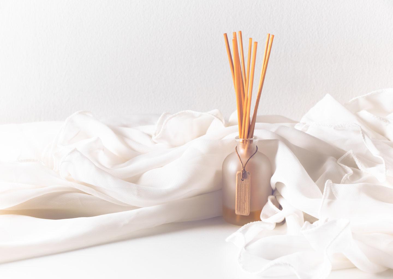 Beyaz Fon Üzerinde Düğün Stresini Azaltan Koku Ürünleri