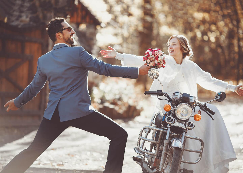 motosiklet üzerindeki geline çiçek uzatan damat
