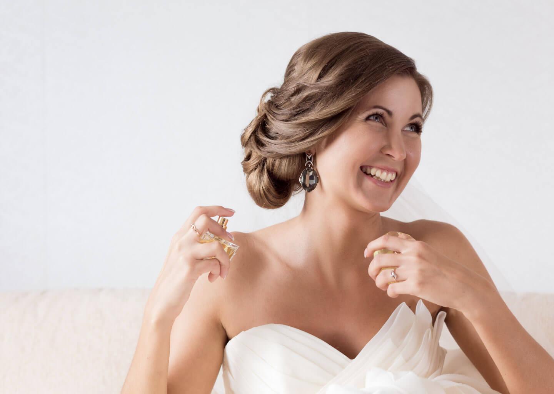 Düğün acil durum çantasında bulunması gereken deodorant ve parfüm.