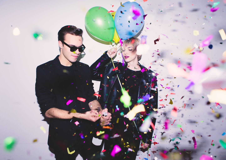 siyah giyinmiş cool çift ve renkli balonlar