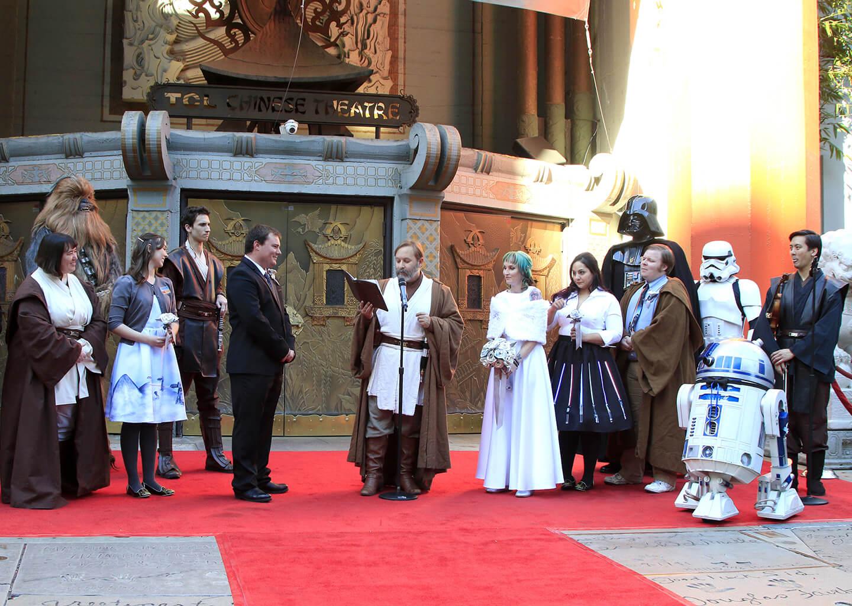 star wars temalı bir düğünde gelin, damat ve misafirler film karakterleri gibi giyinmişler