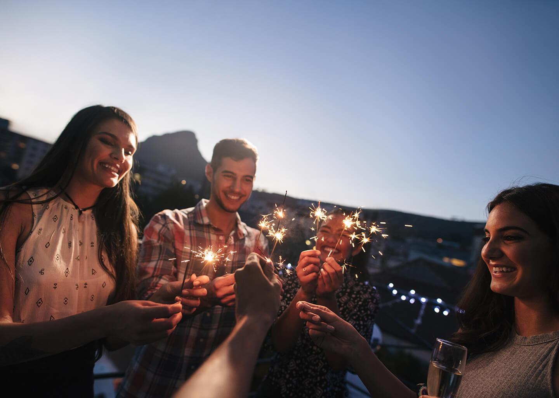 ellerinde maytap olan gençler terasta kutlama yapıyorlar