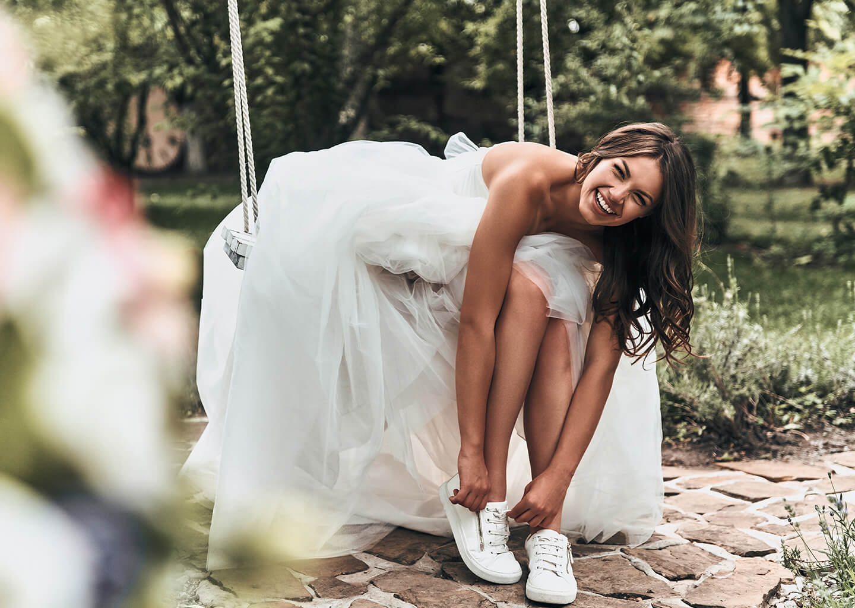Terazi burcuna göre düğün konsepti, gelinlik altına spor ayakkabı giyen rahat bir gelin adayı, invidza