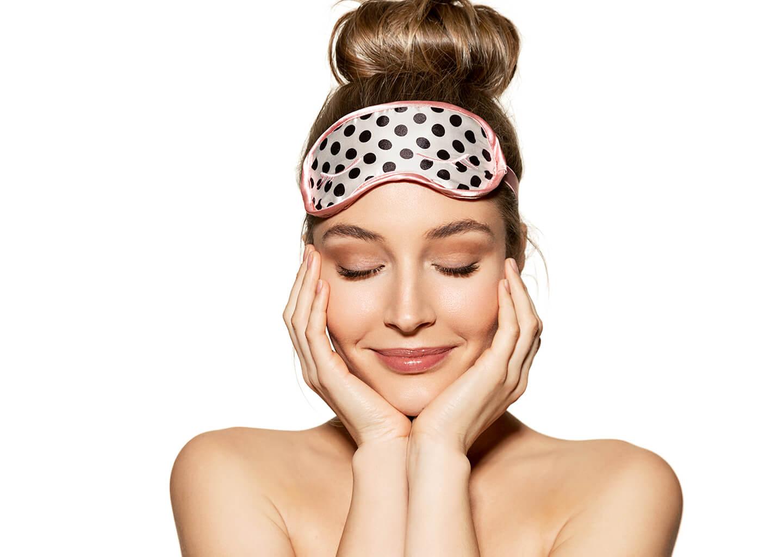 sevimli genç kadın kafasında uyku bandı var gülümsüyor