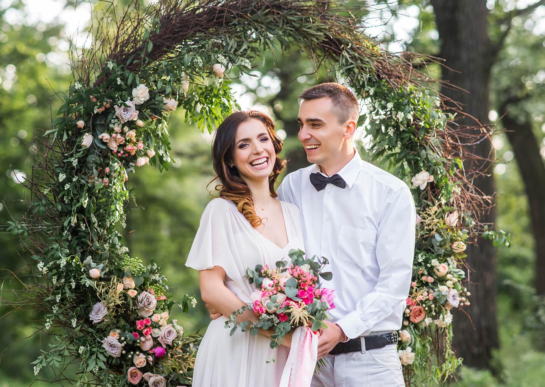 Yengeç Burcu Düğün Konsepti, yeşilliklerin arasında mutlu bir çift invidza